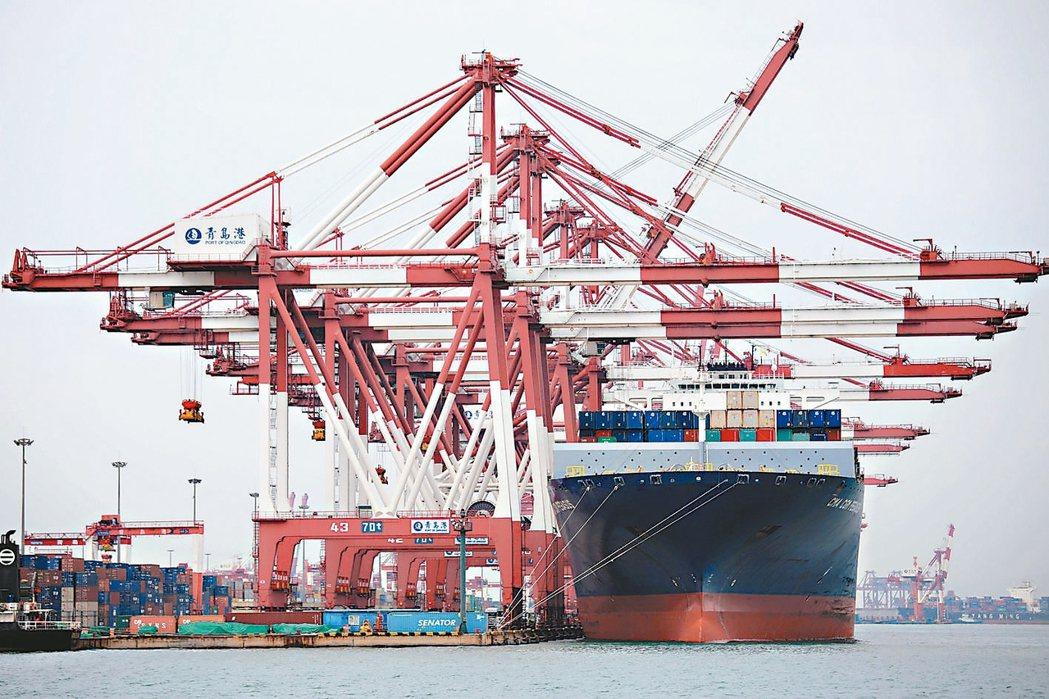 大陸8月出口金額年減1%,比預期差。圖為青島港。 (新華社)
