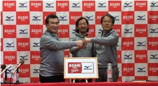 促成國際運動品牌MIZUNO與朝日町合作的村尾隆介(圖中)。 中衛/提供