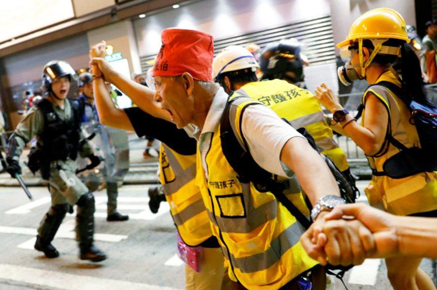 香港示威者堵塞機場行動未成功,大批示威者晚間聚集在旺角及東涌等地,與警方對峙。(...