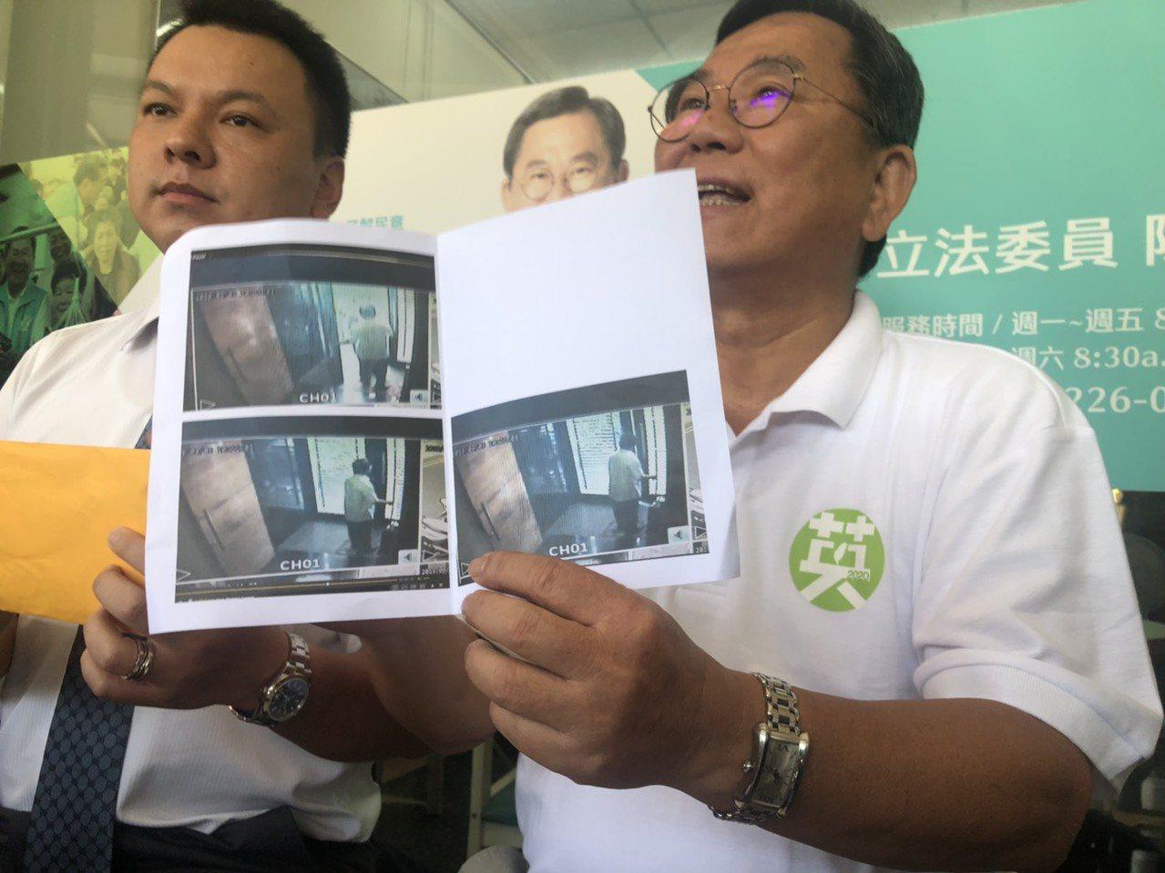 立法委員陳明文(右)日前召開記者會,出示家中監視器畫面,說明「錢是從我家帶出來的...