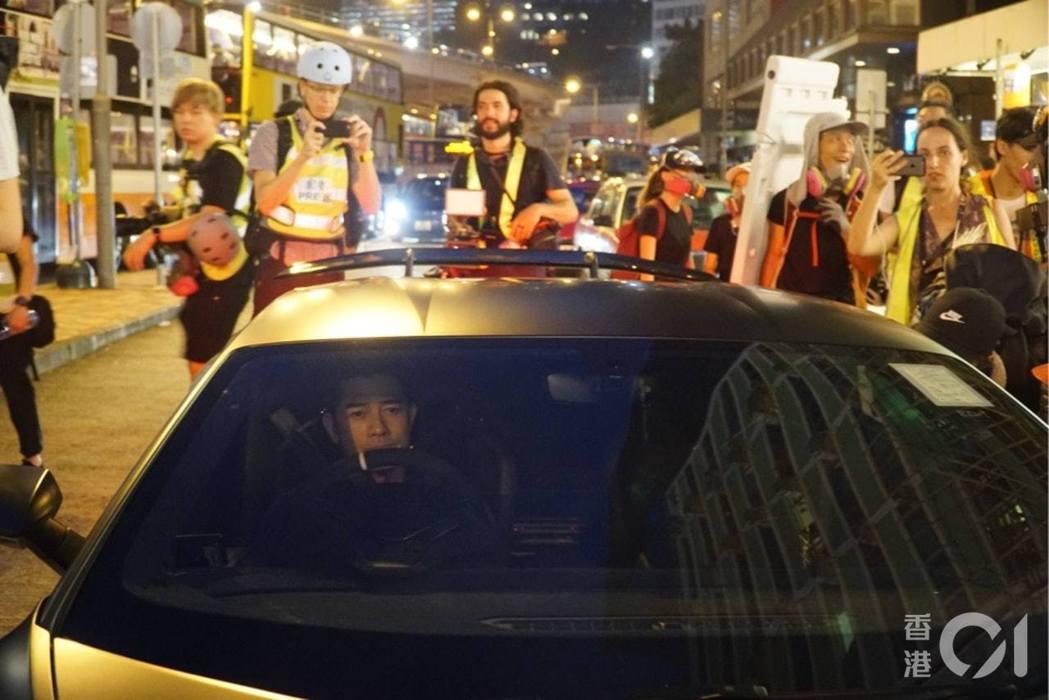 下午約6時55分,藝人郭富城開林寶堅尼路過摩理臣山道一帶。 圖/香港01提供