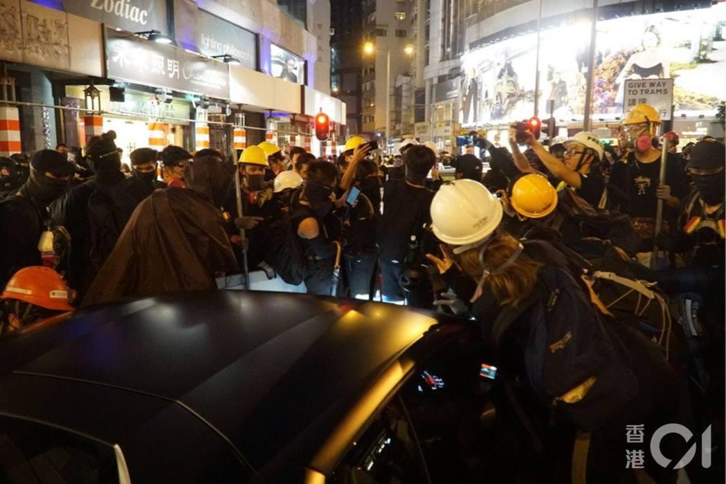 下午約6時55分,示威者爭相跟郭富城合照,有人高呼指「感謝郭富城支持示威者」。郭...