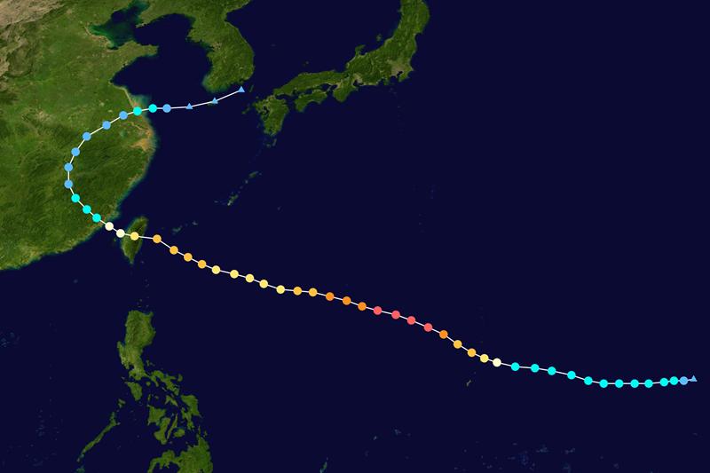 2015年蘇迪勒颱風是第三類的穿心颱。 圖/維基共享,春山出版提供