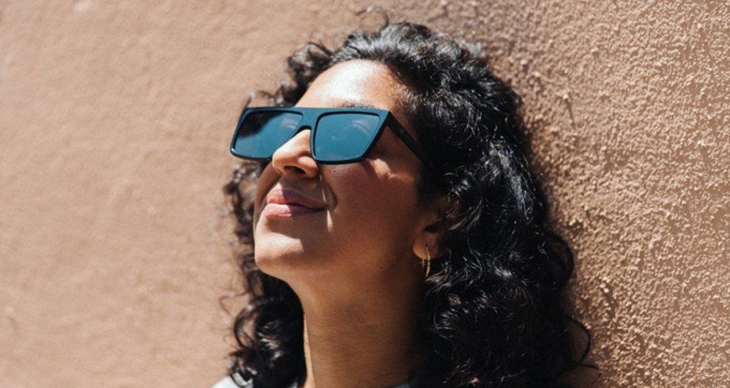 新跨國企業「IRL」 製作的這款墨鏡,採用不同於一般太陽眼鏡的鏡片,能夠擋下 L...