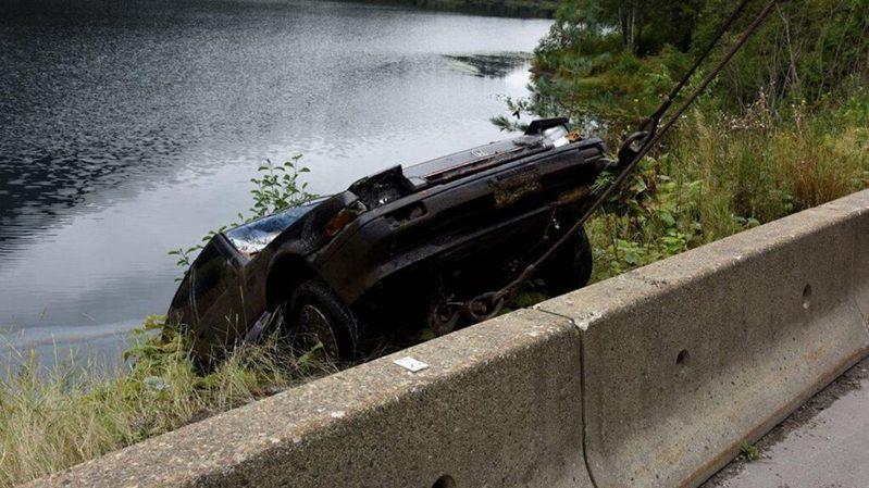 警方出動機具將車吊起後,才在車內發現失蹤27年女子的屍體。圖擷自<a href=