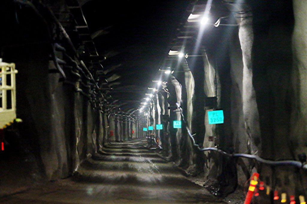 芬蘭的核廢料最終處置場,是以試圖隔絕或減少、延遲輻射與生物圈接觸長達「十萬年」的...
