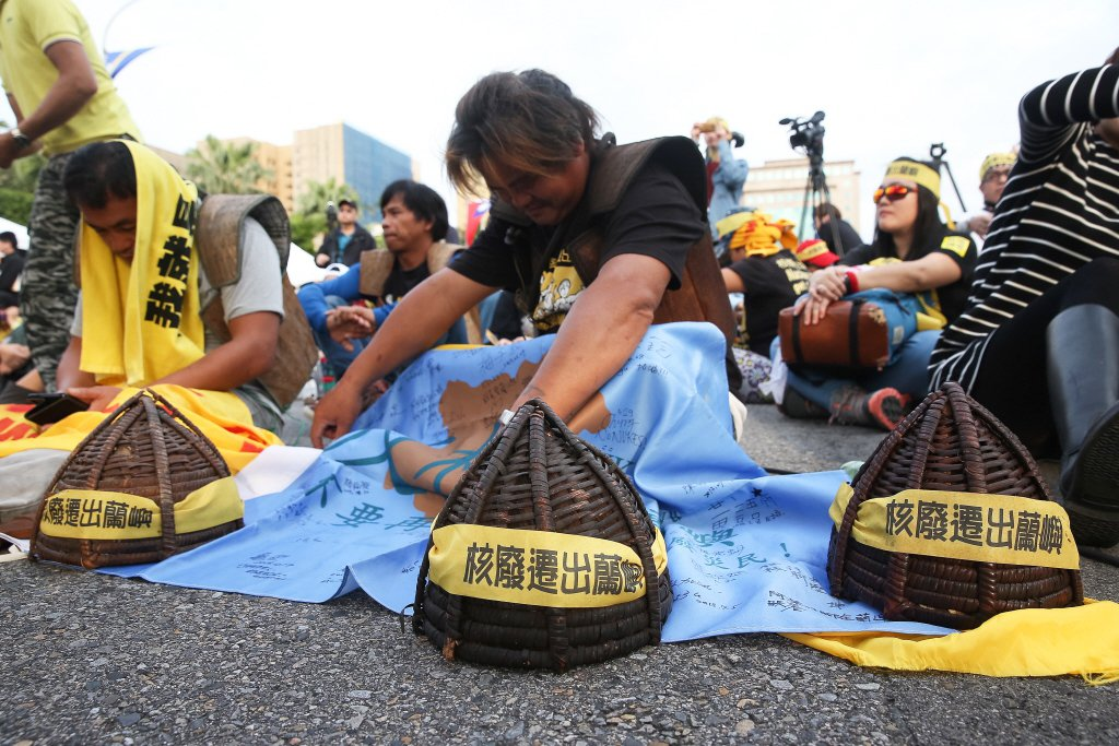 2017年3月,蘭嶼達悟族人到凱道靜坐,盼政府重視核廢料問題。 圖/聯合報系資料...
