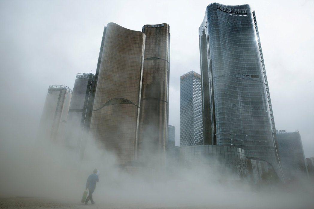 中國的債務在過去十年的規模與擴張速度持續加重。 圖/路透社