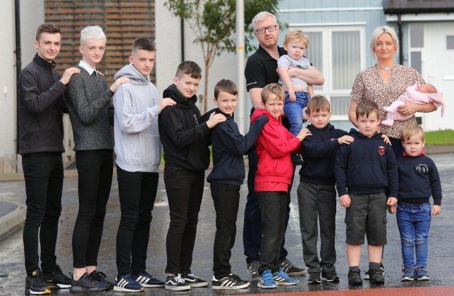 蘇格蘭一對夫妻,在15年間陸續生了10名男孩,創下英國國內紀錄,日前他們終於喜獲一名女孩。圖擷自鏡報