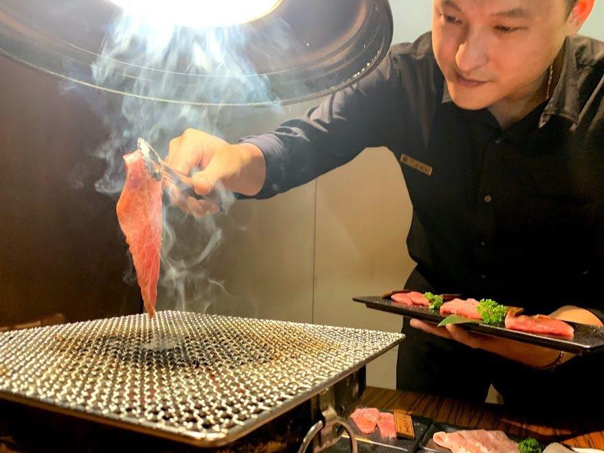 上吉燒肉店長Seven示範店內知細膩桌邊服務。 蔡尚勳/攝影