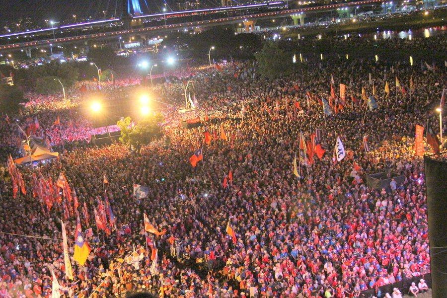 8日19時15分於三重大都會公園,現場已聚集35萬人以上韓國瑜支持者。(phot...