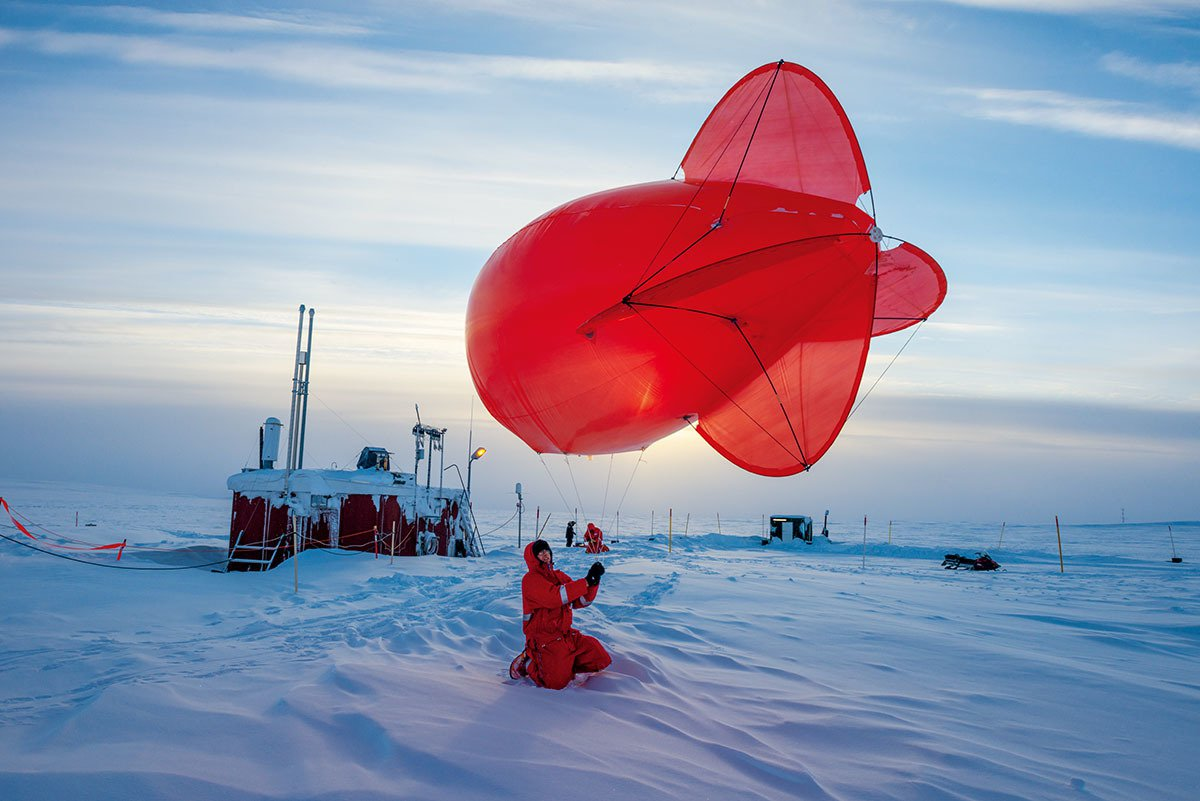 北站東南方約2公里處的弗萊格小屋外繫著一顆氦氣球。這顆氦氣球用來測量大氣層最底層...