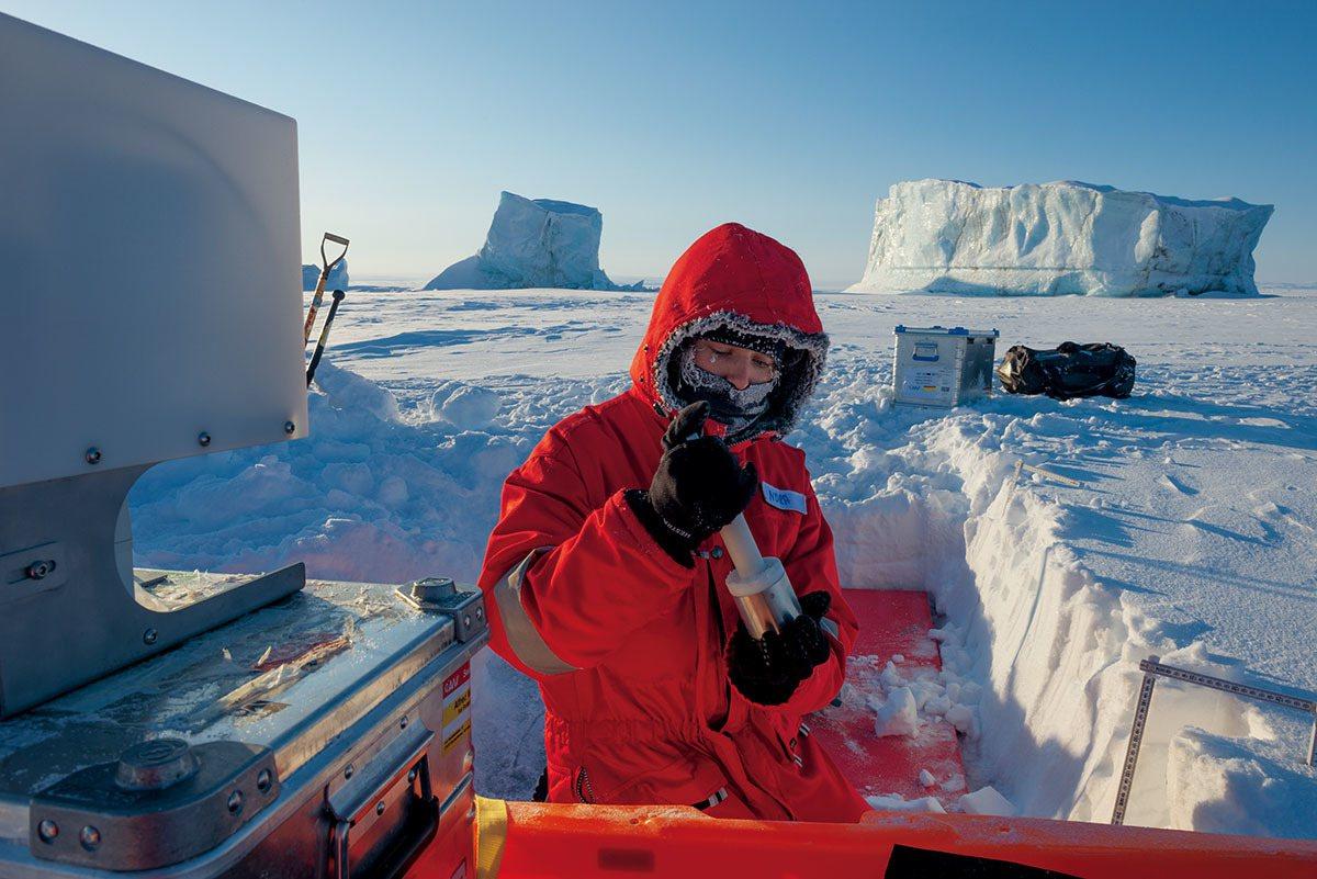 研究助理諾拉.弗里德使用手持儀器「冰塊」來測量海冰上雪粒子的表面積。雪的結構攸關...
