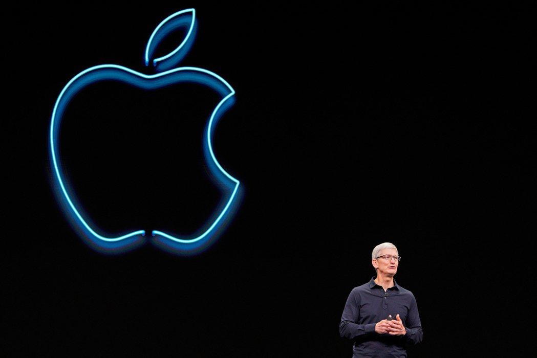 蘋果執行長庫克今年6月的全球開發者大會上致詞。 (路透)