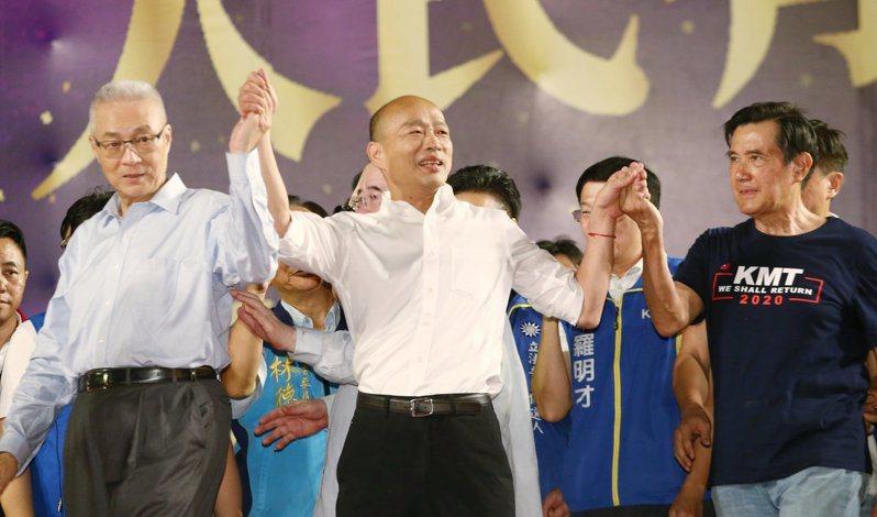 前總統馬英九(右)與國民黨主席吳敦義(左)昨天前往韓國瑜(中)三重造勢晚會站台。 記者曾原信/攝影