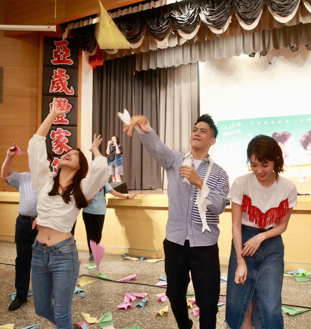 國片「陪你很久很久」演員李淳(中)、邵雨薇(左)、蔡瑞雪(右)現身校園宣傳,在場...