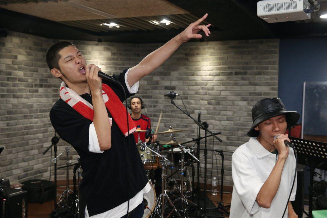 金曲歌王LEO王(左)與春艷(右)合組「夜貓組」演唱會今天在台北進行彩排。記者葉...