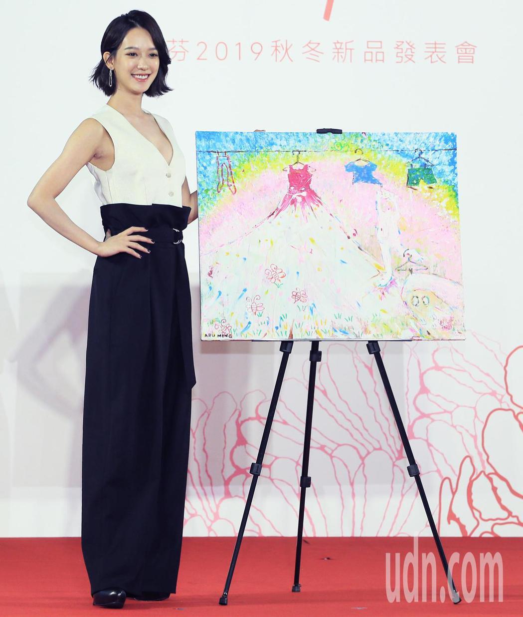 孟耿如為黛安芬走秀,也帶來自己的畫作。記者潘俊宏/攝影