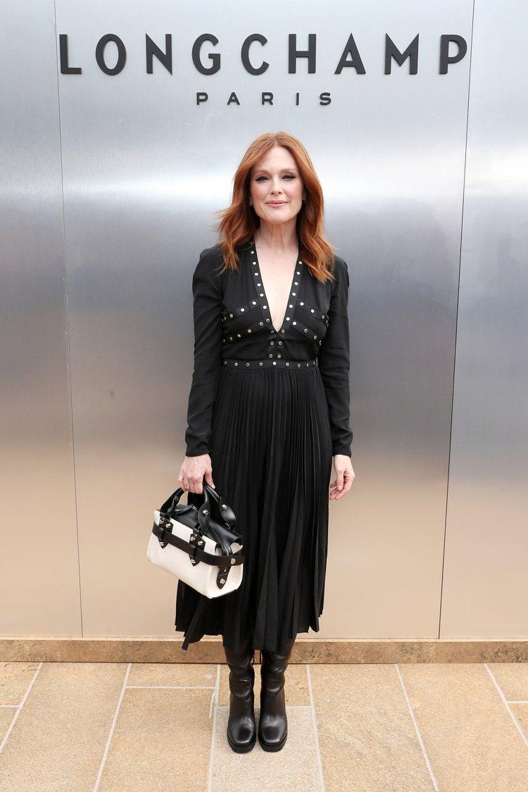 影后茱莉安摩爾以黑色波西米亞風格洋裝造型,現身Longchamp的2020春夏時...