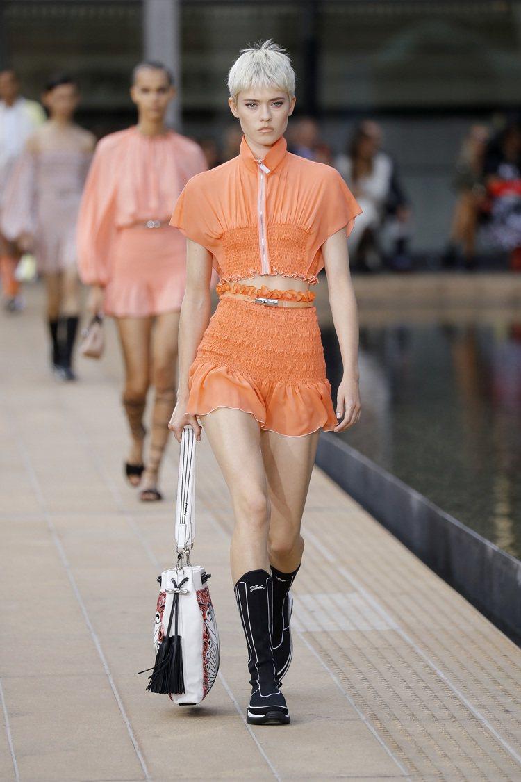 形塑出被太陽曝曬過的洗鍊色彩,是Longchamp 2020春夏女裝系列的重點之...