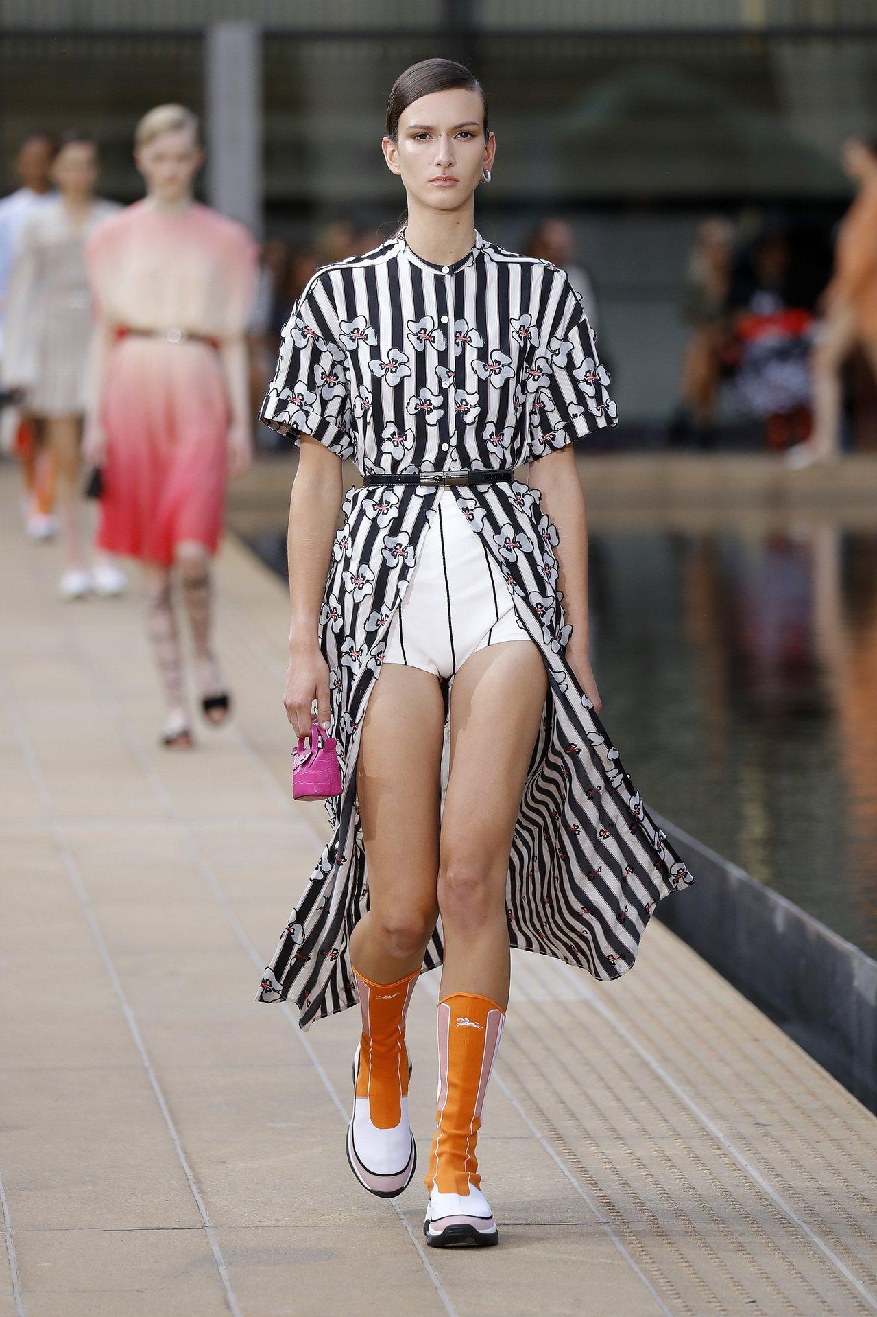Longchamp讓Roseau系列也融入經典Le Pliage系列元素,將包款...