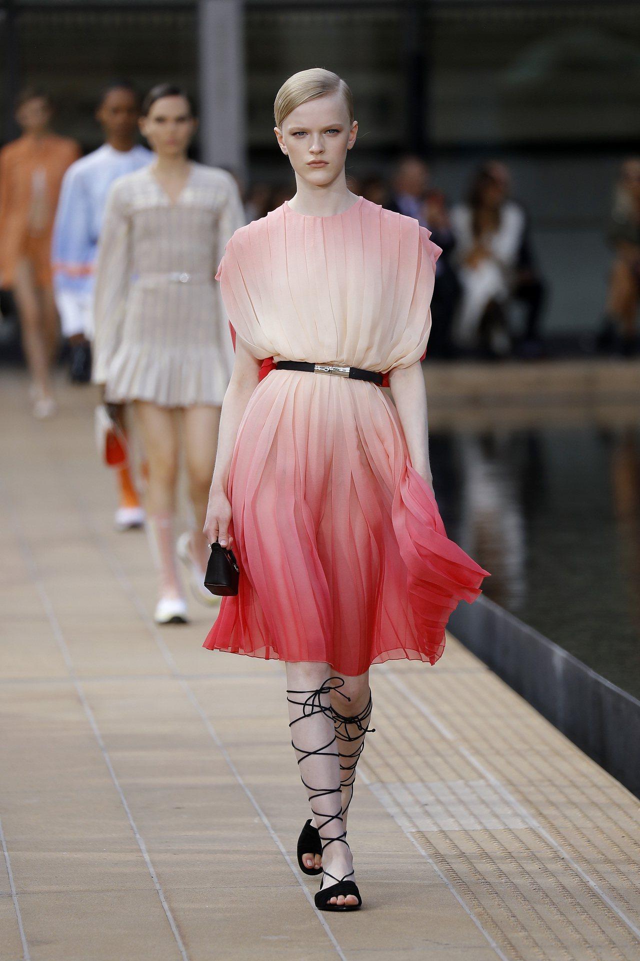 Longchamp以現代女性的一日作為發想,並受到Judy Chicago色彩斑...