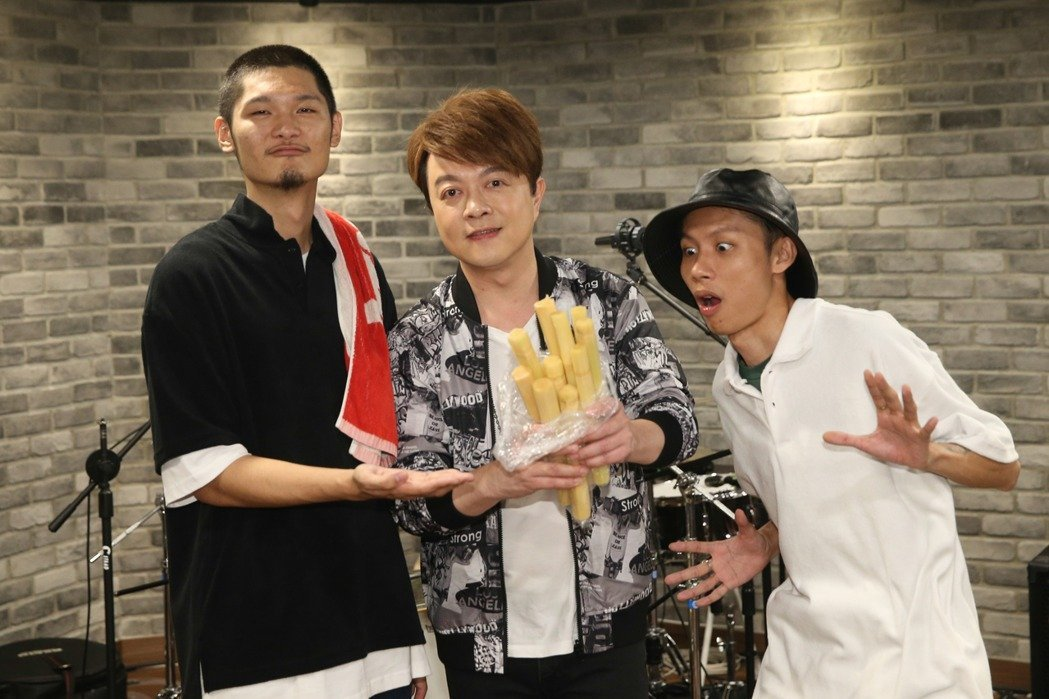 擔任演唱會嘉賓的翁立友(中)驚喜現身,送給Leo王(左)、春艷一包甘蔗,祝福他們