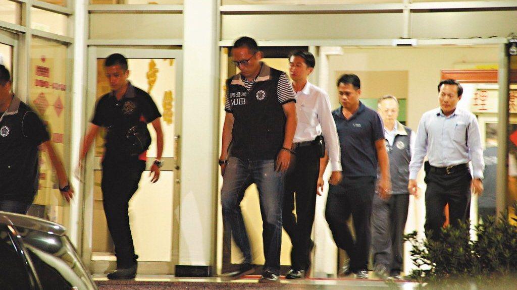 總統蔡英文日前出訪剛歸國,調查人員就在機場攔截,帶回多名國安局人員調查私菸案。 ...