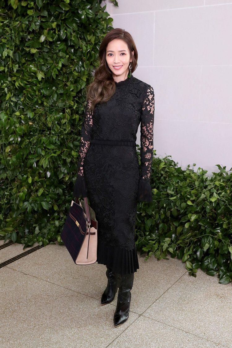 侯佩岑受到時尚品牌Tory Burch的邀請,出席紐約時尚大秀,身穿黑色蕾絲洋裝...