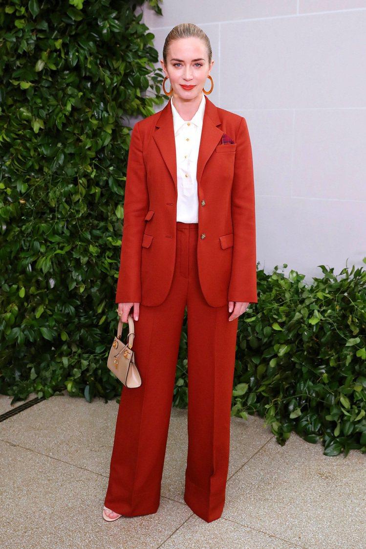 女星艾蜜莉布朗一身幹練紅色褲裝,現身Tory Burch紐約春夏時尚大秀。圖/T...