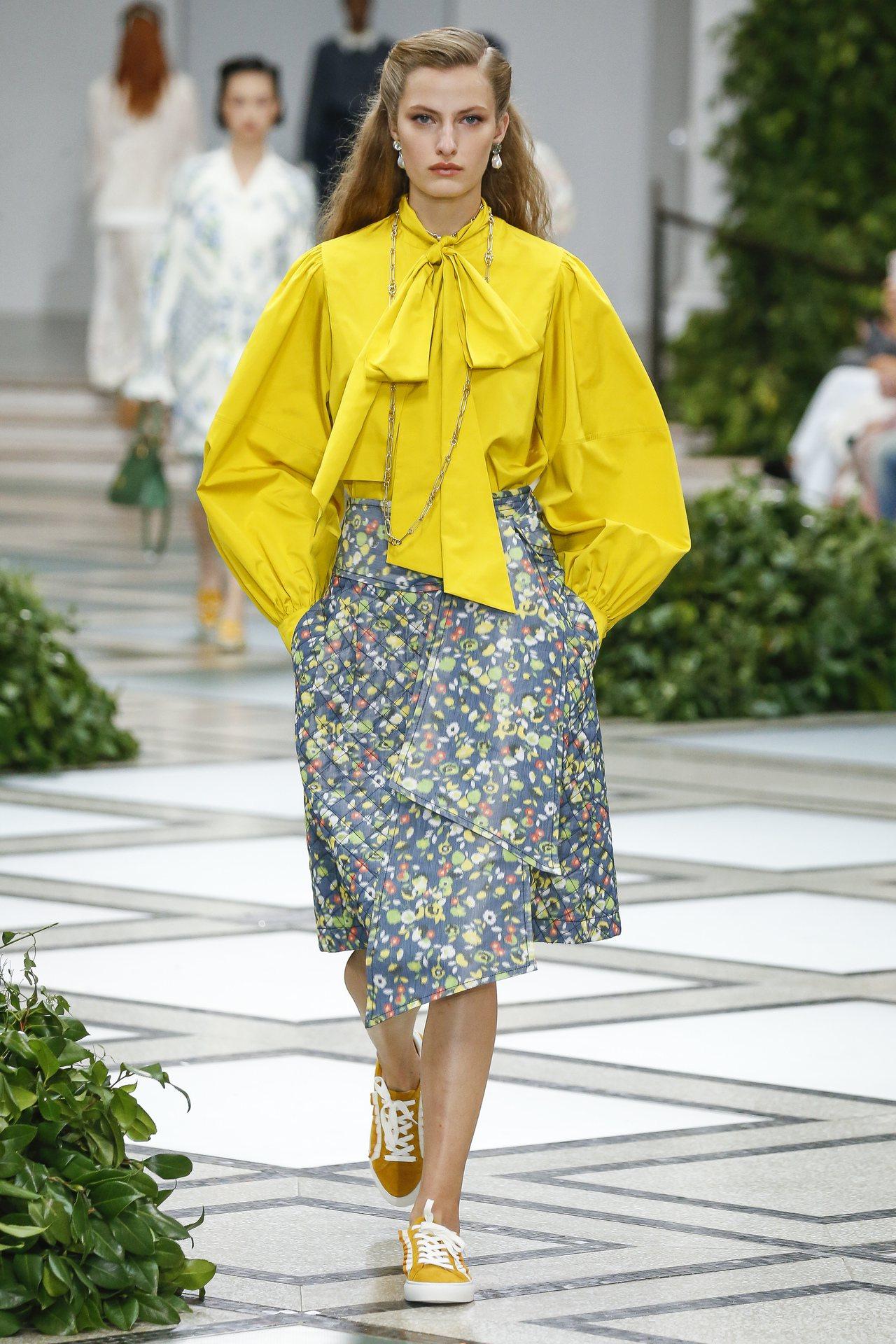 透過不同材質的上衣與裙裝對比,Tory Burch的2020春夏系列,有著都會冷...