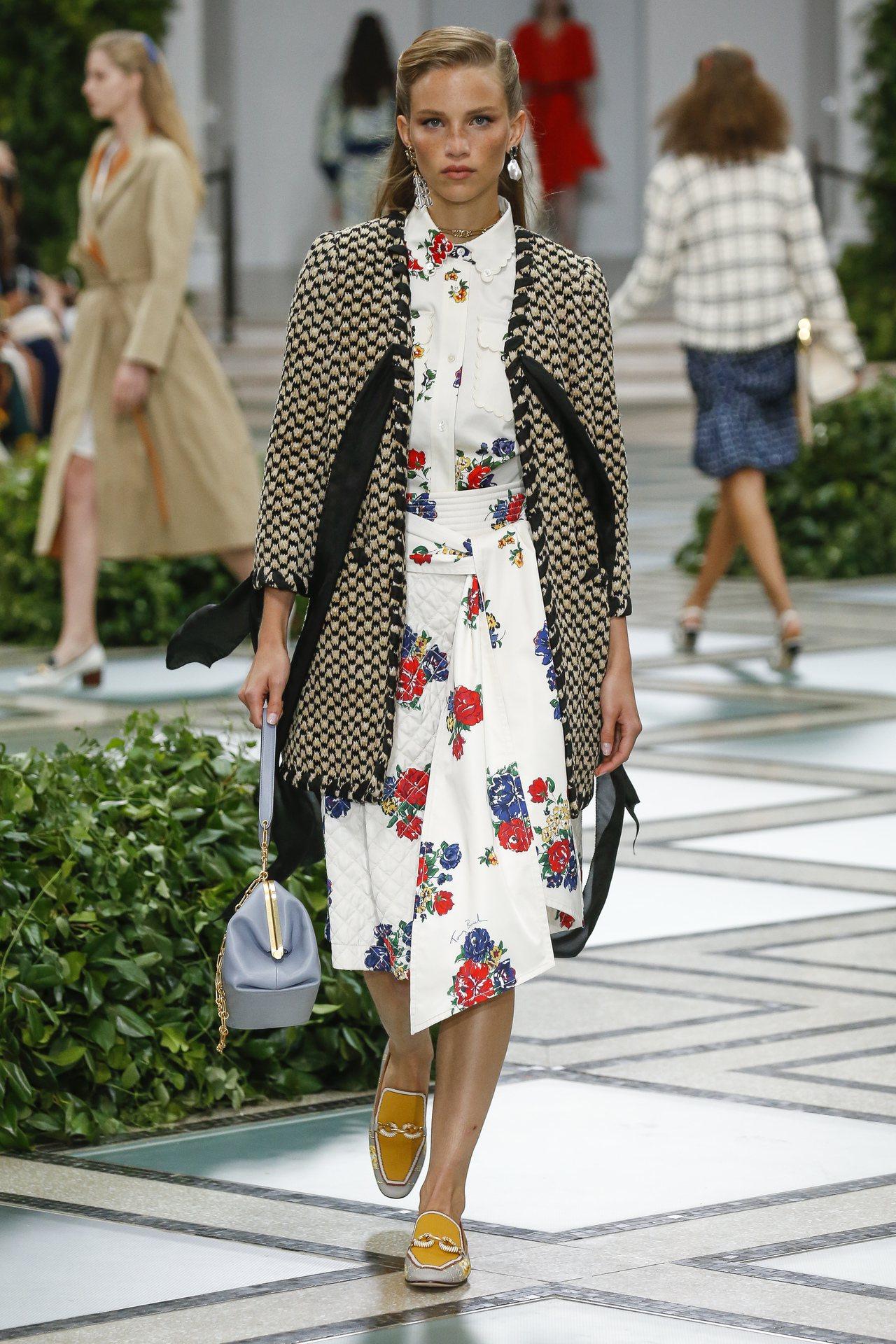 Tory Burch英國花園風格的花卉,運用在服裝和領巾上,增添低調復古氣息。圖...