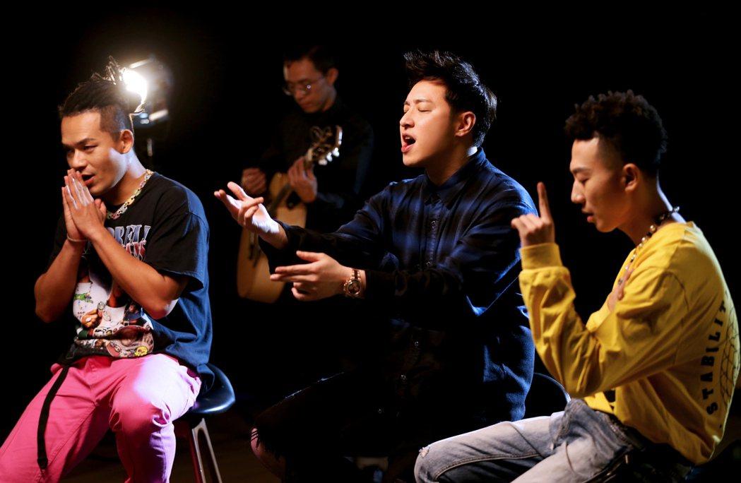 肖恩恩(右起)、潘瑋柏及黃旭一起合作新歌「愛你3000」。圖/華納音樂提供