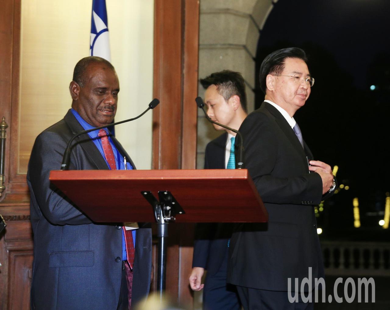 外交部今傍晚舉行記者會,由部長吳釗燮(右)親自主持,他表示,即刻與索國斷交,終止...
