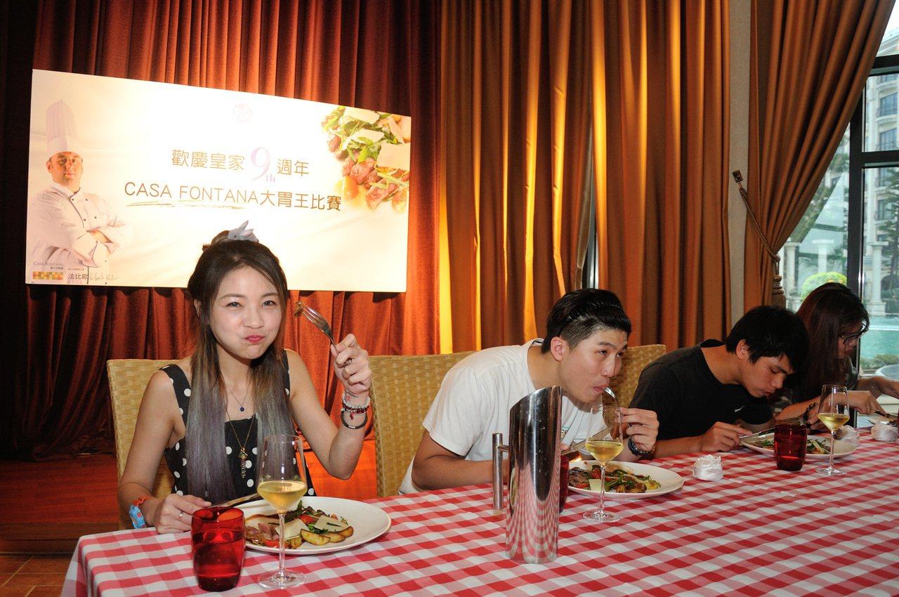 有「大胃王」封號的正妹邵阿咩(左一)在時間內吃完4份套餐。圖/義大皇家酒店提供