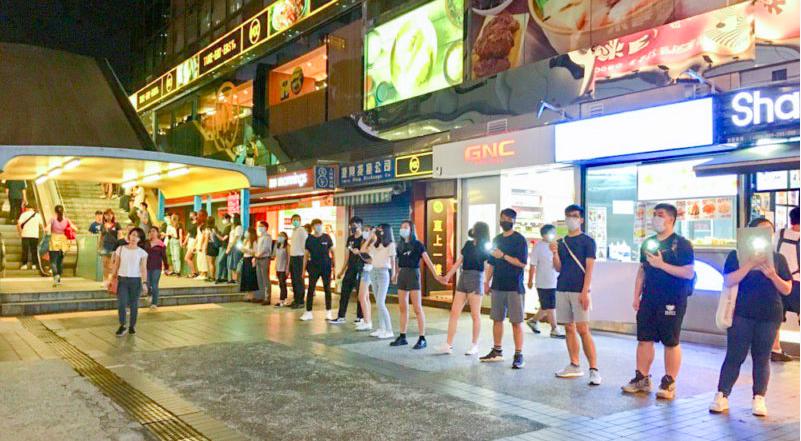 數百名香港民眾晚上響應網友呼籲,參與「鏈住理」活動,於紅磡理工大學及尖東一帶築起...