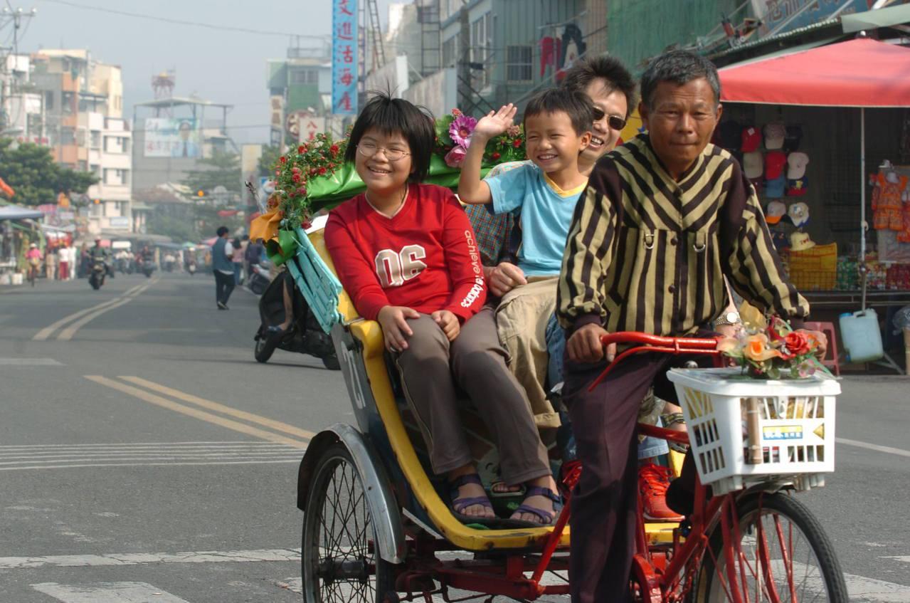 高雄市旗津區是國內少數仍保有人力載客觀光三輪車的地區,成為地方觀光特色。記者謝梅...