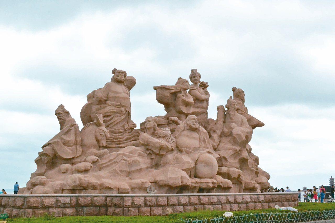 鄰蓬萊閣海濱,立有八仙雕像。 圖╱本報煙台傳真