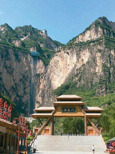 八泉峽風景壯美、多變,圖中嵌在山壁上的「天空之城」電梯,頗為壯觀。 特派員王玉燕...