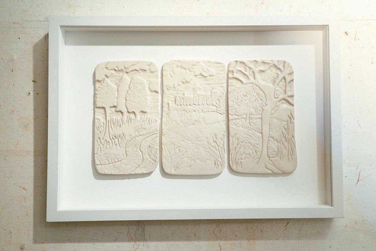 雷明思的作品可以鮮活,也有素面的陶板。 圖/陳立凱攝影