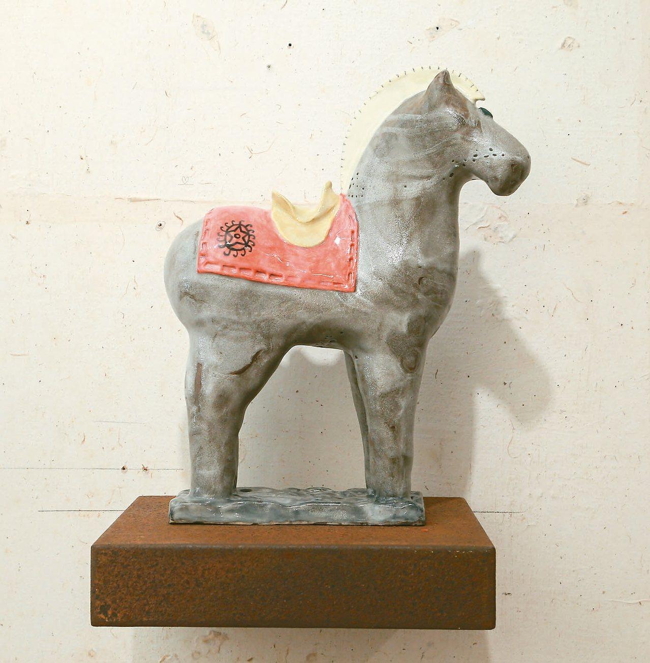 雷明思的馬雕塑作品,6件各有不同。 圖/陳立凱攝影