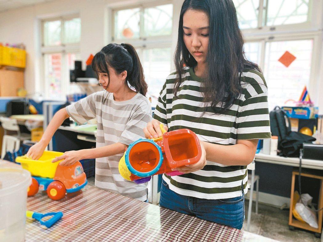 企業志工協助整理、修復玩具,延長玩具的使用壽命。 記者黃昭勇/攝影