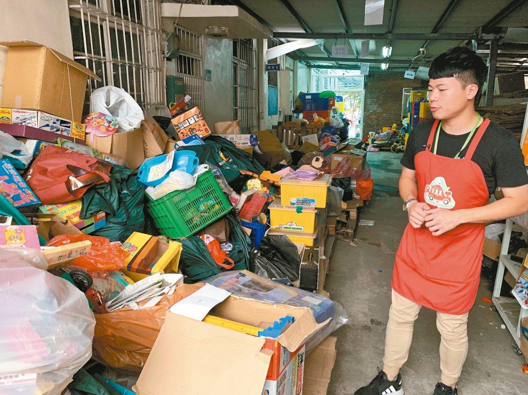 玩具物流中心一年回收玩具超過十公噸,經常擺滿通道。 記者黃昭勇/攝影