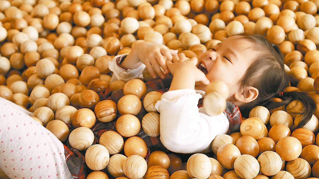 「玩聚窩」的木球池,讓孩童感受木質溫暖與另類觸感。 記者黃昭勇/攝影