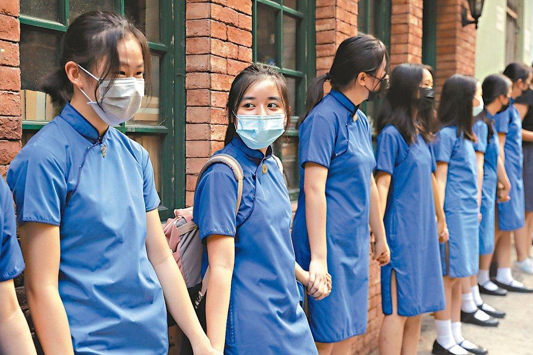 香港聖士提反女子中學學生九日在學校周圍牽成人鏈,要求港府同意反送中五大訴求。 美...
