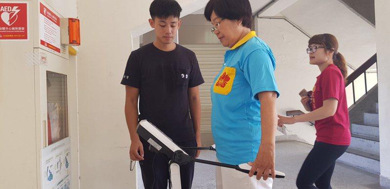 稻江餐飲管理學系副教授劉梅蘭指出,若要預防肌少症,唯一建議就是運動。圖為檢測肌肉與脂肪量。 記者修瑞瑩/攝影
