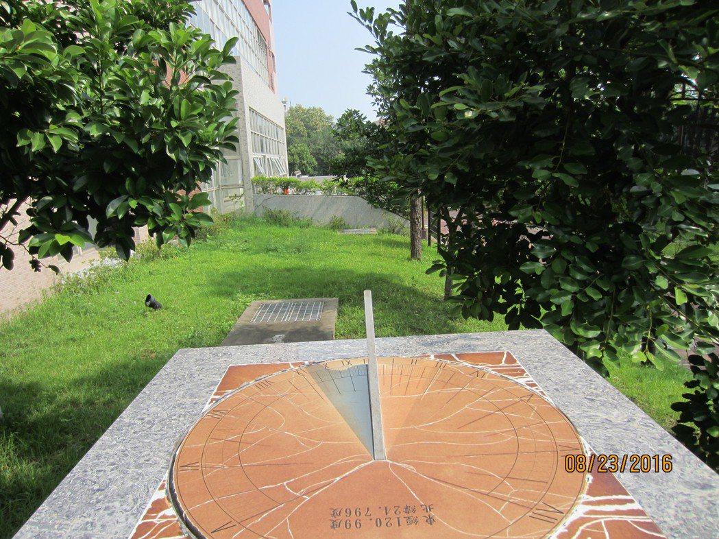 清大化學系榮譽退休教授邱紀良和駐校藝術家林伯瑞老師共同設計製作日晷,並開課教授實...