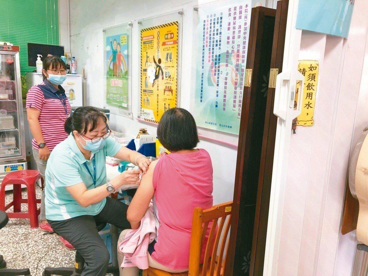 台大醫師建議,大於65歲長者,最好一生打一次肺炎鏈球菌結合型(13價)疫苗。圖為...