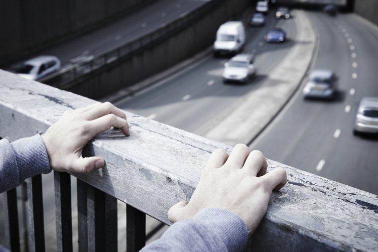 9月10日是國際自殺防治日,回顧我國自殺防治情形,每年自殺人數相較十多年前下降,...