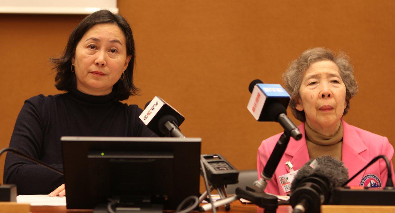 何超瓊(左)與美心集團創辦人伍沾德長女伍淑清(右)接受媒體聯訪。中新社
